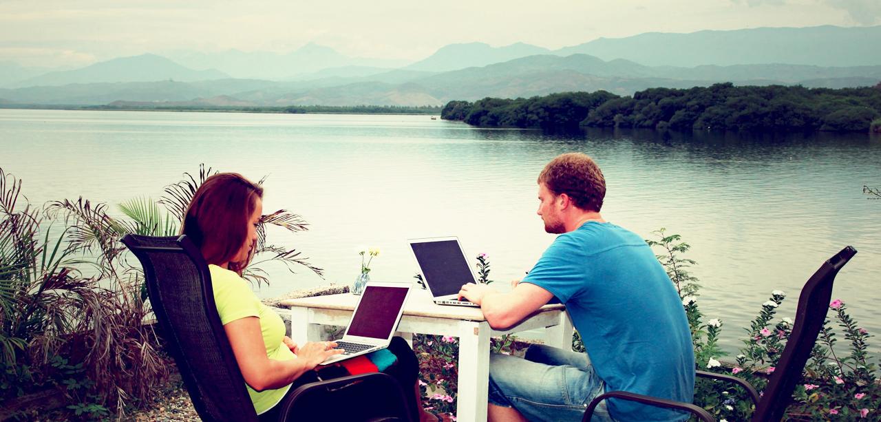 Empreendedor Digital - trabalhando na praia